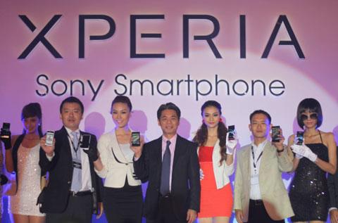 Đại diện Sony Việt Nam mới các mẫu smartphone mới trong buổi chuyển giao.