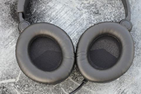 Chụp tai nghe dày, mềm cách ly âm thanh với bên ngoài và khiến tai không bị đau khi chụp lên.