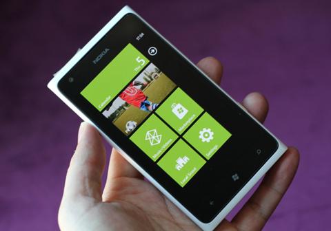 Lumia 900 có màn hình rộng 4,3 inch. Ảnh: Quốc Huy.