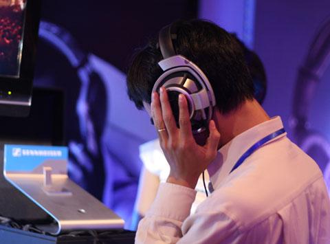 Mức giá rẻ và có thương hiệu làm nhiều khách hàng trẻ vẫn bỏ tiền mua tai nghe