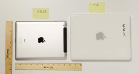 Mẫu iPad đầu tiên có phần mặt lưng bằng nhựa thay vì kim loại.