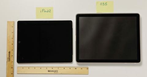 iPad đầu tiên (phải) có màn hình 12 inch.