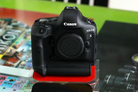 Canon 1DX có giá bán 171 triệu đồng cho thân máy. Ảnh: Huy Đức.