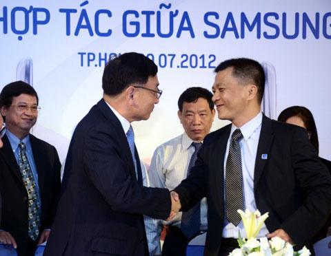 Đại diện Samsung và Petrosetco trong buổi ký biên bản ghi nhớ về việc hợp tác.