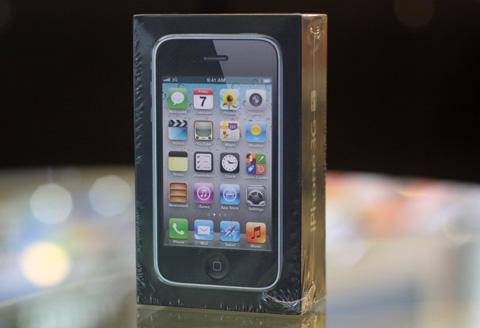 iPhone 3GS 8GB tiếp tục được Apple sản xuất và bán trở lại một số thị trường đang phát triển như Việt Nam.
