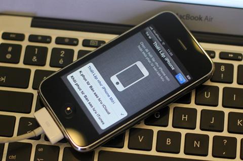 Phiên bản mới sản xuất 2012 được cài đặt sẵn hệ điều hành iOS 5.1.1 mới nhất như iPhone 4S và iPhone 4. Trong khi với iPhone 3GS trước, người dùng phải nâng cấp từ iOS 4 lên iOS 5.