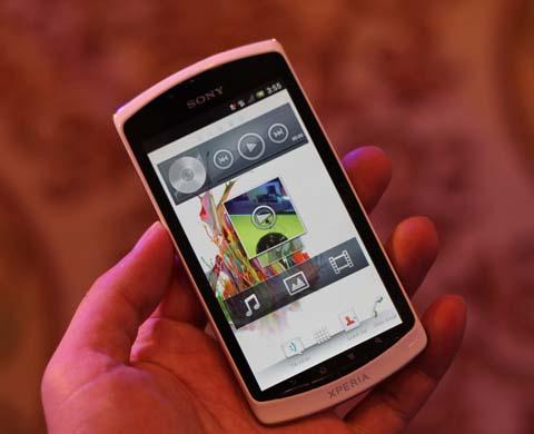 Neo L với màn hình hỗ trợ 4 điểm nhận diện cùng lúc, độ phân giải 480 x 854 pixel.