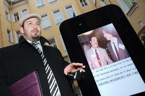 2 jpg 1357953833 1357954020 500x0 - Tưởng nhớ Steve Jobs - Fan dựng iPhone 5 cao 2 mét