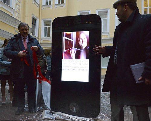 4 jpg 1357953833 1357954021 500x0 1357954729 1357954956 500x0 - Tưởng nhớ Steve Jobs - Fan dựng iPhone 5 cao 2 mét