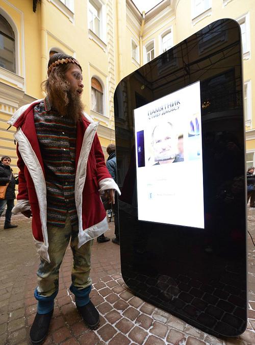 5 jpg 1357953833 1357953914 1357954021 500x0 - Tưởng nhớ Steve Jobs - Fan dựng iPhone 5 cao 2 mét