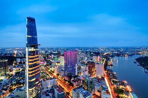 Khu trung tâm thành phố rực rỡ sắc màu về đêm.