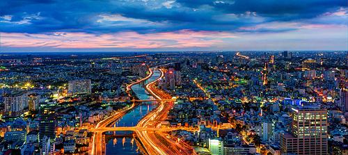 Đại lộ Đông Tây (đường Võ Văn Kiệt) uốn lượn ngang thành phố.