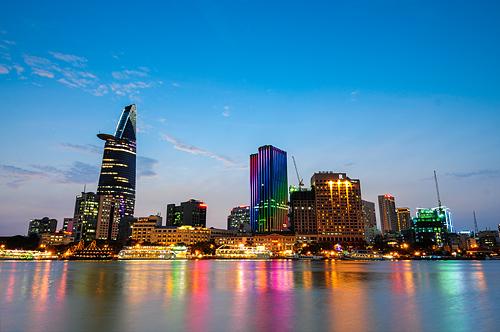 Thành phố bừng sáng trên sông Sài Gòn.