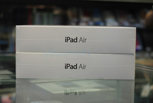 Hai chiếc iPad Air đủ hai màu xám và bạc.