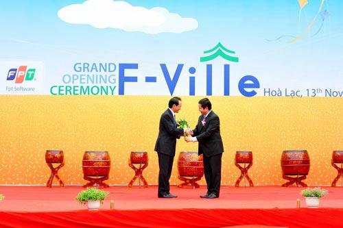 Ông Hideo Suzuki, Phó đại sứ Đại sứ quán Nhật Bản tại Việt Nam chúc mừng ông Trương Gia Bình, Chủ tịch HĐQT FPT, ông Trương Gia Bình
