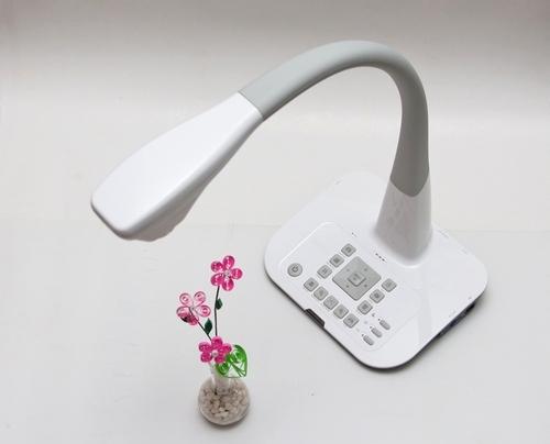 Máy chiếu vật thể BenQ S30 có thiết kế gọn nhẹ như một chiếc đèn bàn.