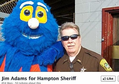 Chỉ vì bấm Like tài khoản đối thủ của sếp (là cảnh sát trưởngHampton, Virginia, Mỹ)