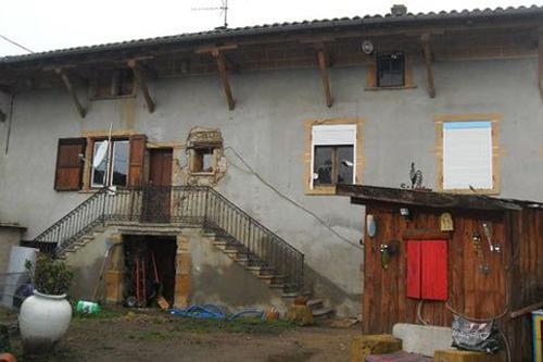 trên trang eBay của Pháp, một người dùng với tài khoản Maud69620 vừa rao bán ngôi nhà rộng 110 m2 ở Arbresle, vùng Rhone-Alpes, đông nam Pháp với giá một euro (gần 28 nghìn đồng). Người này cho biết ngôi nhà nằm trên khoảnh đất rộng 350 m2 bị ma ám sau một vụ giết người được cho là diễn ra trong những năm 1950.