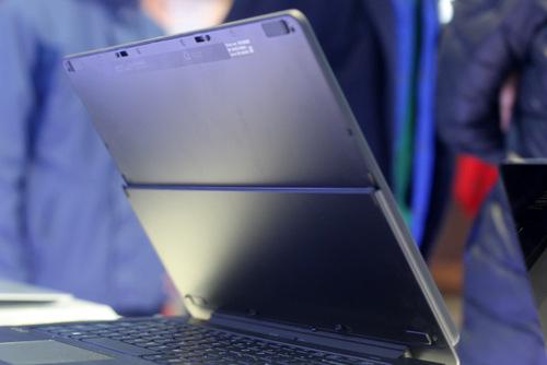 Sony đã kết nối hai phần thân máy và màn hình bằng một bản lề cho phép người dùng có thể gấp chiếc VAIO Fit multi-fip từ trạng thái thông thường thành một chiếc máy tính bảng.