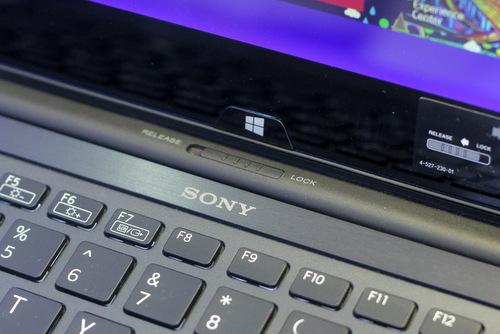 Chốt cố định bản lề được đặt ở gần bàn phím.