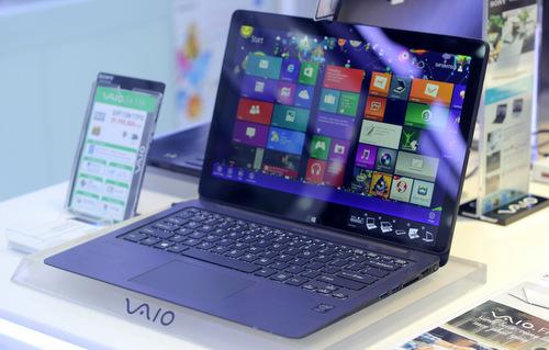 Mang thiết kế của một chiếc laptop truyền thống, Sony đã kết nối hai phần thân máy và màn hình bằng một bản lề cho phép người dùng có thể gấp chiếc VAIO Fit multi-fip từ trạng thái thông thường thành một chiếc máy tính bảng.