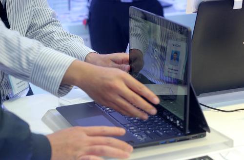 ... cho phép người dùng có thể gấp chiếc VAIO Fit multi-fip từ trạng thái thông thường thành một chiếc máy tính bảng.