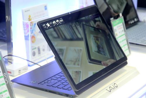 Hoặc thành 1 laptop có màn hình ở mặt ngoài, cho phép người dùng dễ dàng trình diễn nội dung với người đối diện.