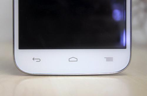 Ba phím cảm ứng nằm bên dưới màn hình. Bao quanh mặt trước là một viền màu kim loại sáng khá mỏng.