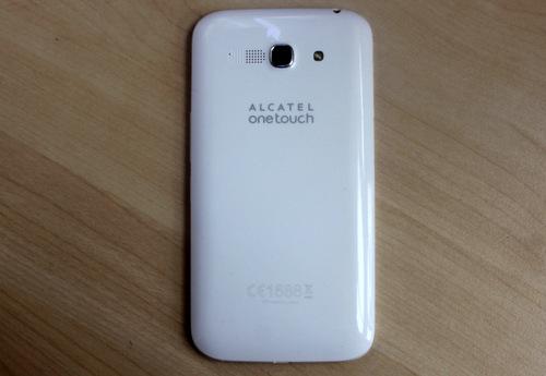 Mặt lưng bằng nhựa bóng với các chi tiết đơn giản, cho cảm giác quen thuộc như ở các smartphone Galaxy của Samsung.