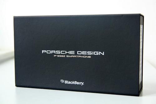 Model có giá bán hơn 50 triệu đồng của BlackBerry được ưu ái với một hợp đựng lớn màu đen.