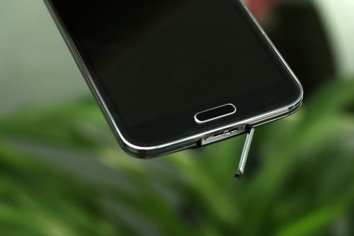 Cấu hình còn lại của Galaxy S5 bao gồm chip lõi tứ 2,5 GHz, RAM 2 GB, bộ nhớ 16 GB và 32 GB kèm khe cắm thẻ nhớ mở rộng lên đến 64 GB và chạy Android 4.4.2 KitKat. Máy có kích thước 142 x 72,5 x 8,1 mm, trọng lượng 145 gram. Pin trên máy là 2.800 mAh cho thời gian đàm thoại 21 giờ và thời gian chờ (stand by) 390 giờ.