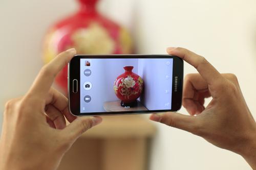 Hãng Hàn Quốc khẳng định điện thoại có tốc độ tự động lấy nét nhanh nhất thế giới là 0,3 giây cùng chế độ HDR có thể tái tạo ánh sáng và màu sắc tự nhiên với cường độ mạnh trong bất cứ hoàn cảnh nào. Tính năng Selective Focus cho phép người sử dụng tập trung vào một vùng nhất định của vật thể và làm mờ hậu cảnh. Nhờ đó, người dùng không cần đến ống kính đặc biệt để tạo độ sâu trường ảnh. Galaxy S5 cũng có thể quay video 4K.