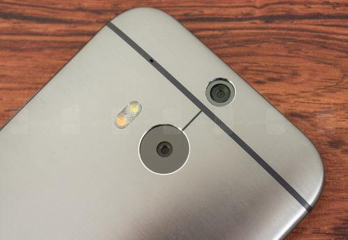 Mặt lưng với hệ thống camera kép và đèn Flash kép hai tông màu.
