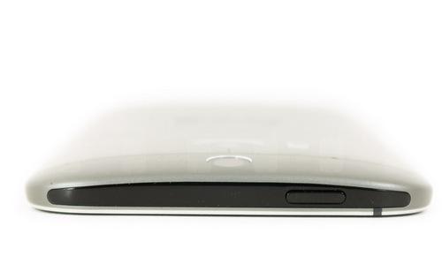 Đỉnh máy có thêm dải nhựa đen, đặt bên trong là phím nguồn và mắt hồng ngoại.