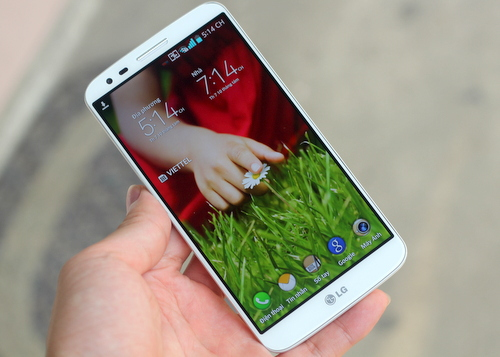 """LG G2 chính hãng được một số nơi """"xả hàng"""" với giá thấp hơn từ 2 đến 4 triệu đồng so với giá hãng công bố."""