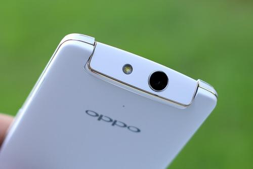 Thiết kế với cụm camera xoay của Oppo N1 mini giữ nguyên như bản gốc.