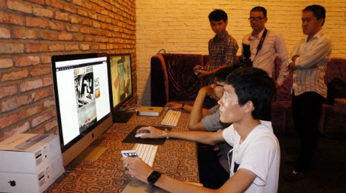 Dân công nghệ trải nghiệm iMac Retina 5K tại buổi offline.