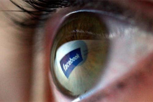 """Với hơn 1,3 tỷ người dùng, Facebook không tránh khỏi việc khó làm hài lòng tất cả mỗi khi đưa một chính sách mới. Trong năm 2014, họ đã liên tục bị chỉ trích vì đòi hỏi người dùng phải đăng ký bằng tên thật và sau đó đã phải lên tiếng xin lỗi """"vì những khó khăn mà chúng tôi gây ra cho các bạn trong việc sử dụng tài khoản"""". Tiếp đó, mạng xã hội lớn nhất thế giới công bố một thử nghiệm rằng bằng cách điều chỉnh thông tin được chia sẻ trên News Feed, họ có thể khiến người dùng vui hơn hoặc buồn hơn. Tuy nhiên, điều này chỉ khiến người dùng nổi giận vì bị đem ra làm """"chuột bạch"""" cho các thí nghiệm cỉa Facebook. Còn sau khi ép người dùng tải Facebook Messenger, ứng dụng này cũng trở thành ứng dụng bị ghét nhất (bị chấm 1 sao) trên iOS và Android dù thu hút hàng trăm triệu lượt tải."""