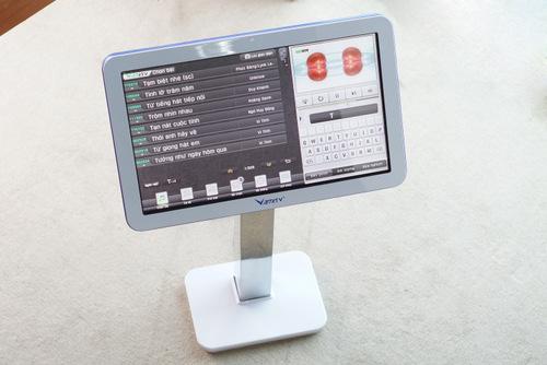 Kết hợp với đầu Karaoke thế hệ mới của VietKTV là Màn hình cảm ứng với chân đế nhỏ gọn, có thể cố định xuống sàn bằng cách bắt vít.