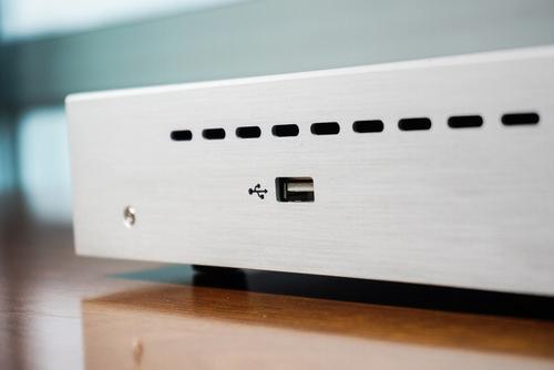 Cổng USB ở hông dùng để mở rộng không gian lưu trữ.