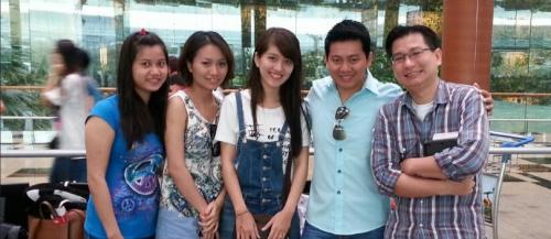 Anh Phạm Văn Thoại (áo xanh) trước khi rời khỏi Singapore. Ảnh: todayonline.