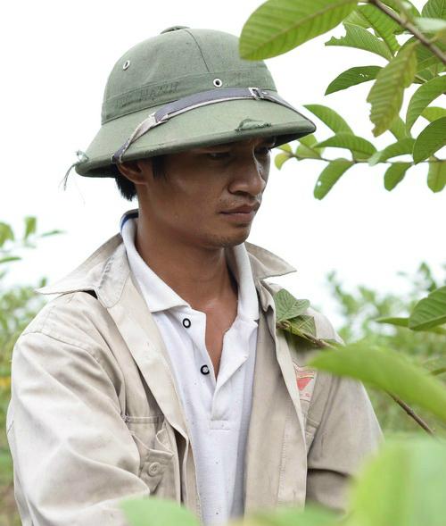 Anh chàng nông dân Nguyễn Đức Hậu xem việc hát và đăng tải video lên mạng như một thú vui giải trí sau công việc trồng trọ.