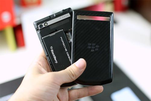 Mặt lưng của P'9983 có thể tháo ra để thay pin, gắn SIM và thẻ nhớ.