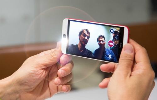 """Với camera trước 13 megapixel, Desire Eye được mệnh danh là """"vua selfie""""."""