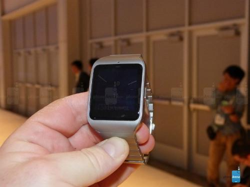 Dây đeo bằng thép của Sony Smartwatch 3 phần nào thỏa mãn những khách hàng không thích các loại dây đeo bằng nhựa.
