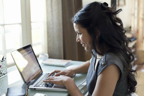 Mạng xã hội mang lại nhiều lợi ích hơn cho phụ nữ. Ảnh: Huffington Post.
