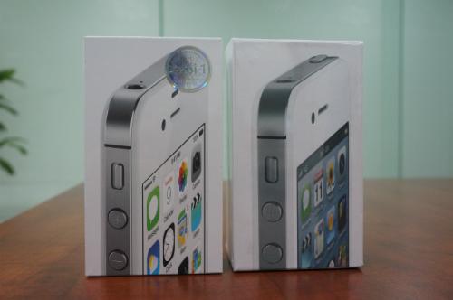 Bên trái là hộp đựng của một chiếc iPhone 4S 16GB mua bên ngoài, hình in trên vỏ hộp khác với hàng chính hãng. Máy mới bóc hộp đã bị dính bẩn ở màng loa, linh kiện bên trong như bảng mạch hay màn hình bị dính dấu vân tay. Ảnh: Thanh Viên.
