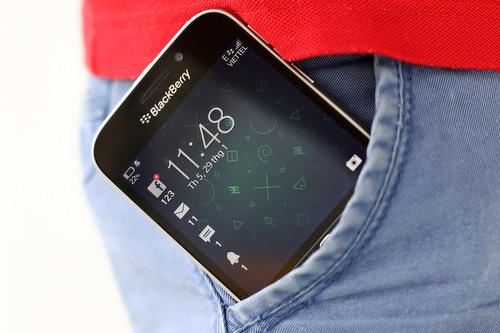 Classic có kích thước khá gọn gàng so với những smartphone cao cấp ngày nay, nhưng màn hình cũng nhỏ.