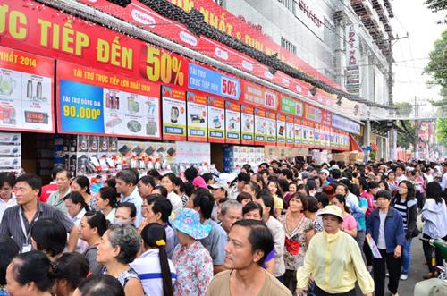 Nhu cầu mua sắm mỗi dịp Tết luôn là thời điểm bán hàng tốt của các trung tâm điện máy.