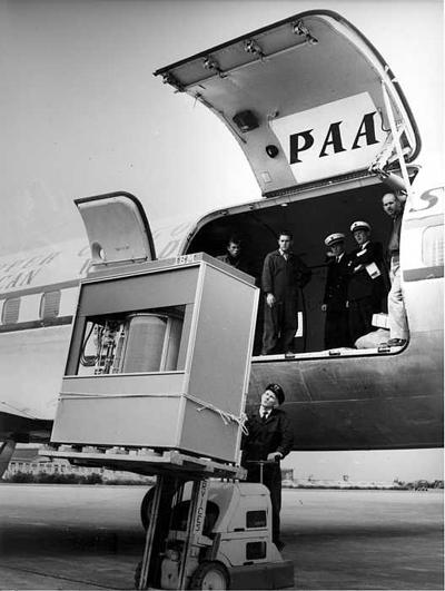 Ổ cứng IBM Model 350 đang được chuyển lên máy bay.